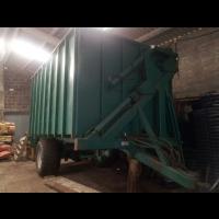 Remolque para Tractor con Contenedor de Descarga Lateral